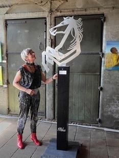 5 mm. Aluminium borstbeeld van paard op houten sokkel
